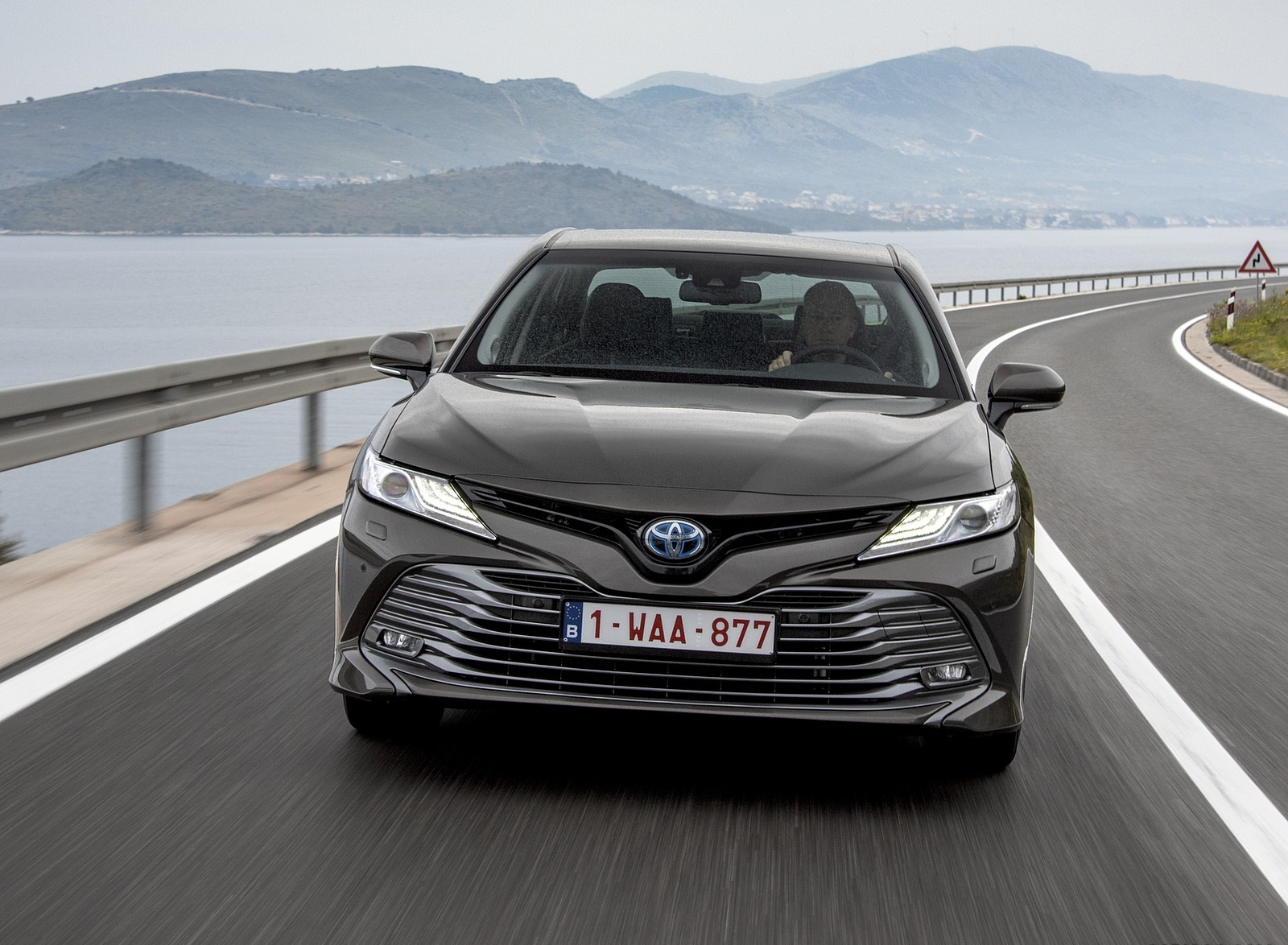 2019 Toyota Camry Hybrid (Euro-Spec) Front Three-Quarter Wallpapers (13)