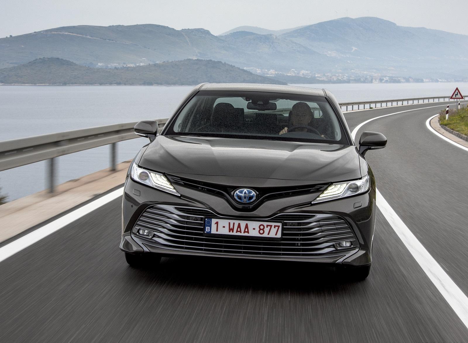 2019 Toyota Camry Hybrid (Euro-Spec) Front Three-Quarter Wallpaper (13)