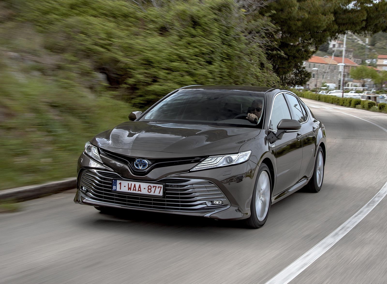 2019 Toyota Camry Hybrid (Euro-Spec) Front Three-Quarter Wallpapers (2)