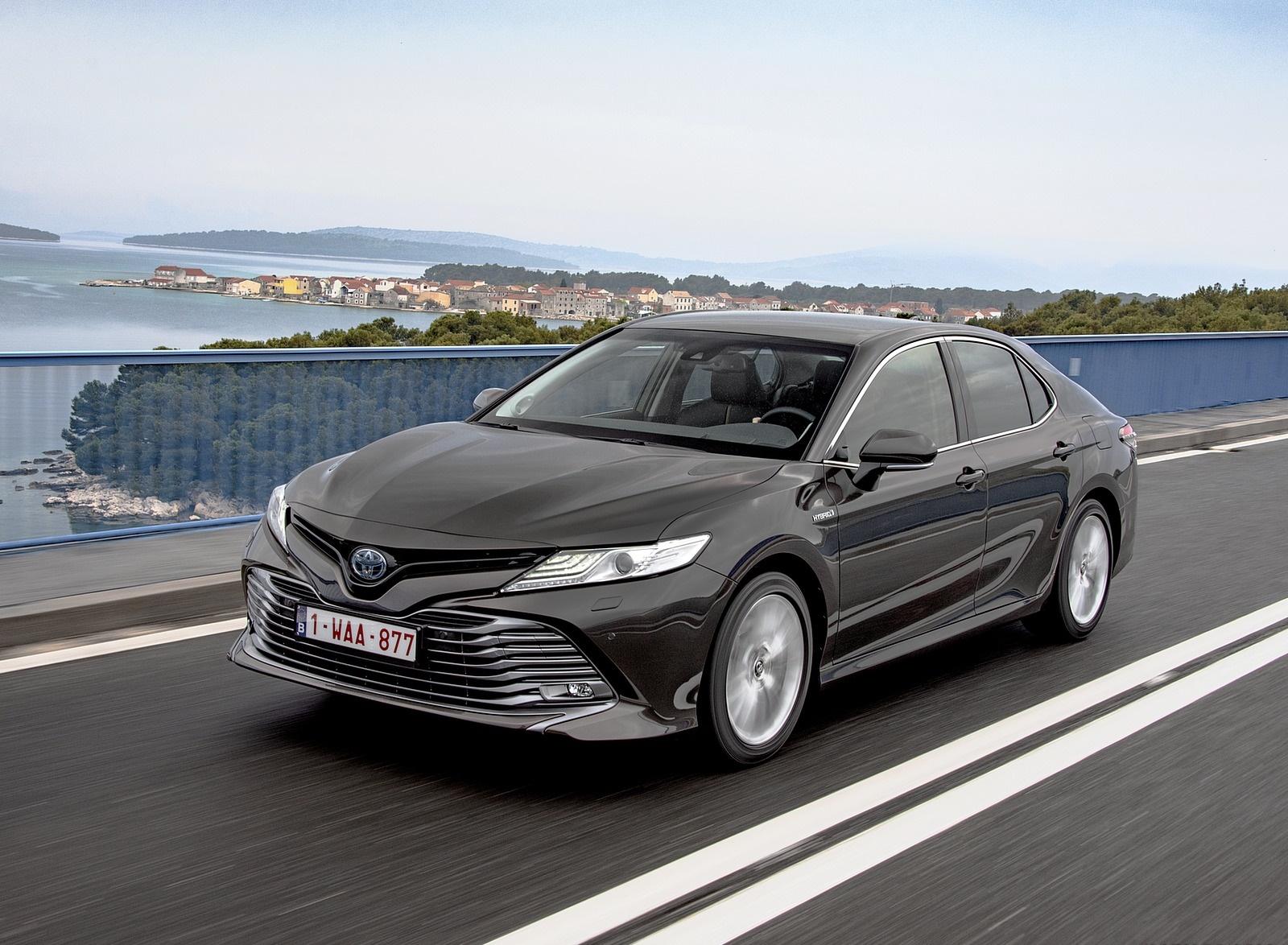 2019 Toyota Camry Hybrid (Euro-Spec) Front Three-Quarter Wallpaper (14)