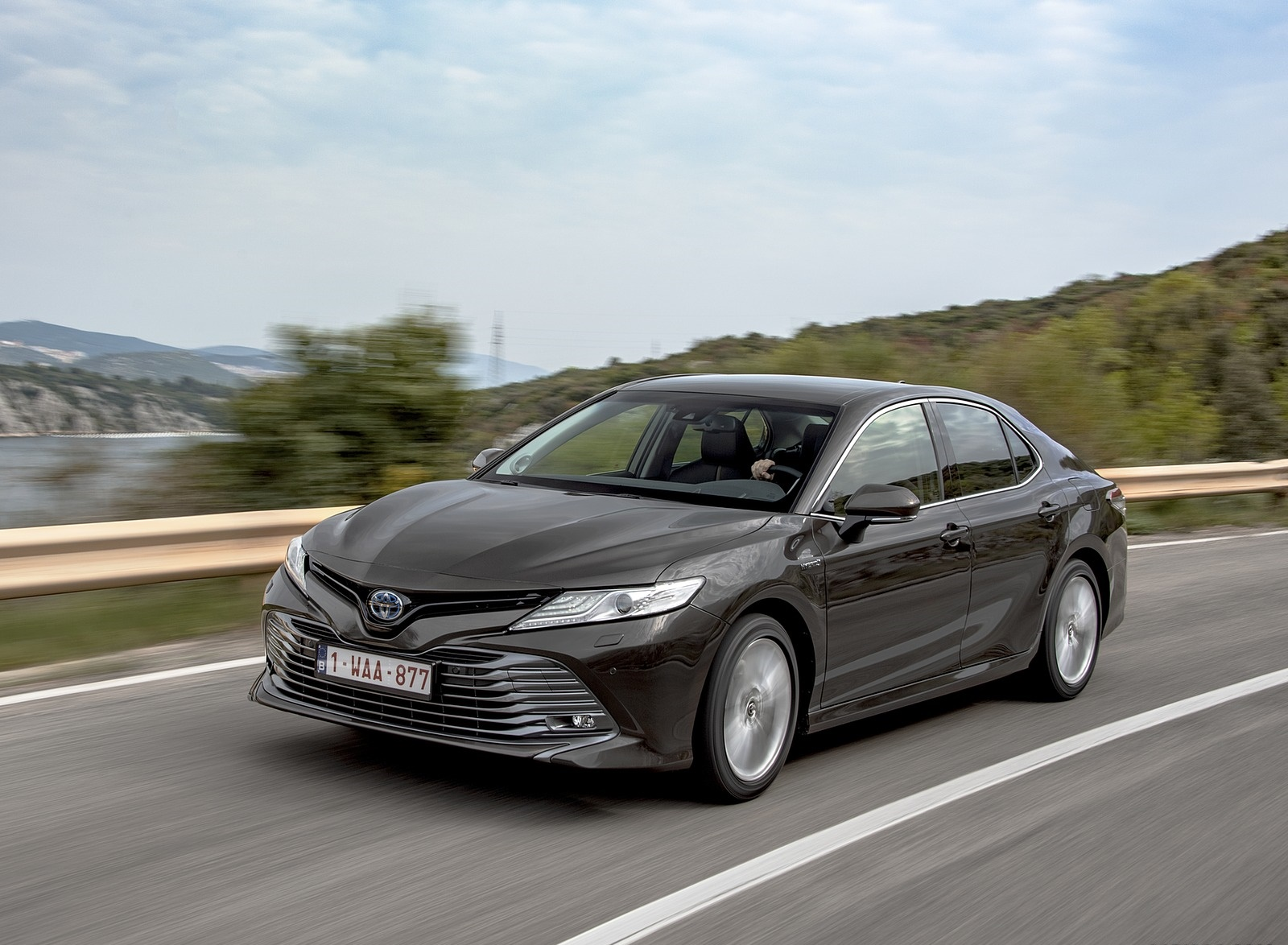 2019 Toyota Camry Hybrid (Euro-Spec) Front Three-Quarter Wallpapers (6)