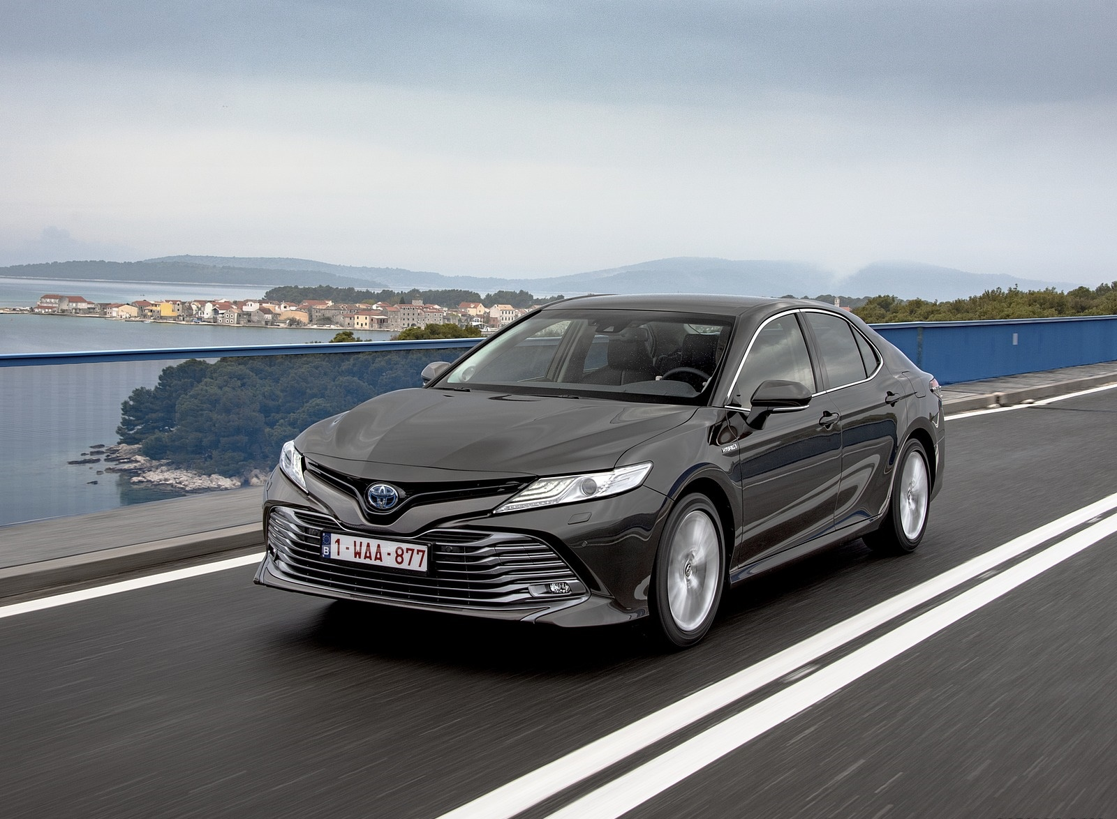 2019 Toyota Camry Hybrid (Euro-Spec) Front Three-Quarter Wallpapers (15)