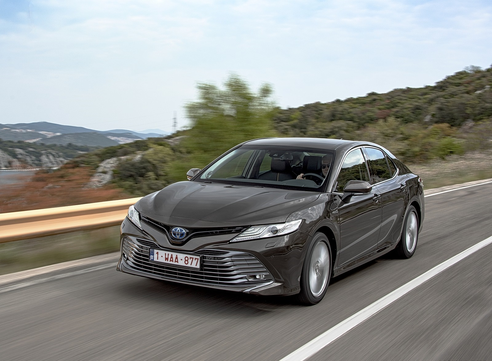 2019 Toyota Camry Hybrid (Euro-Spec) Front Three-Quarter Wallpapers (7)