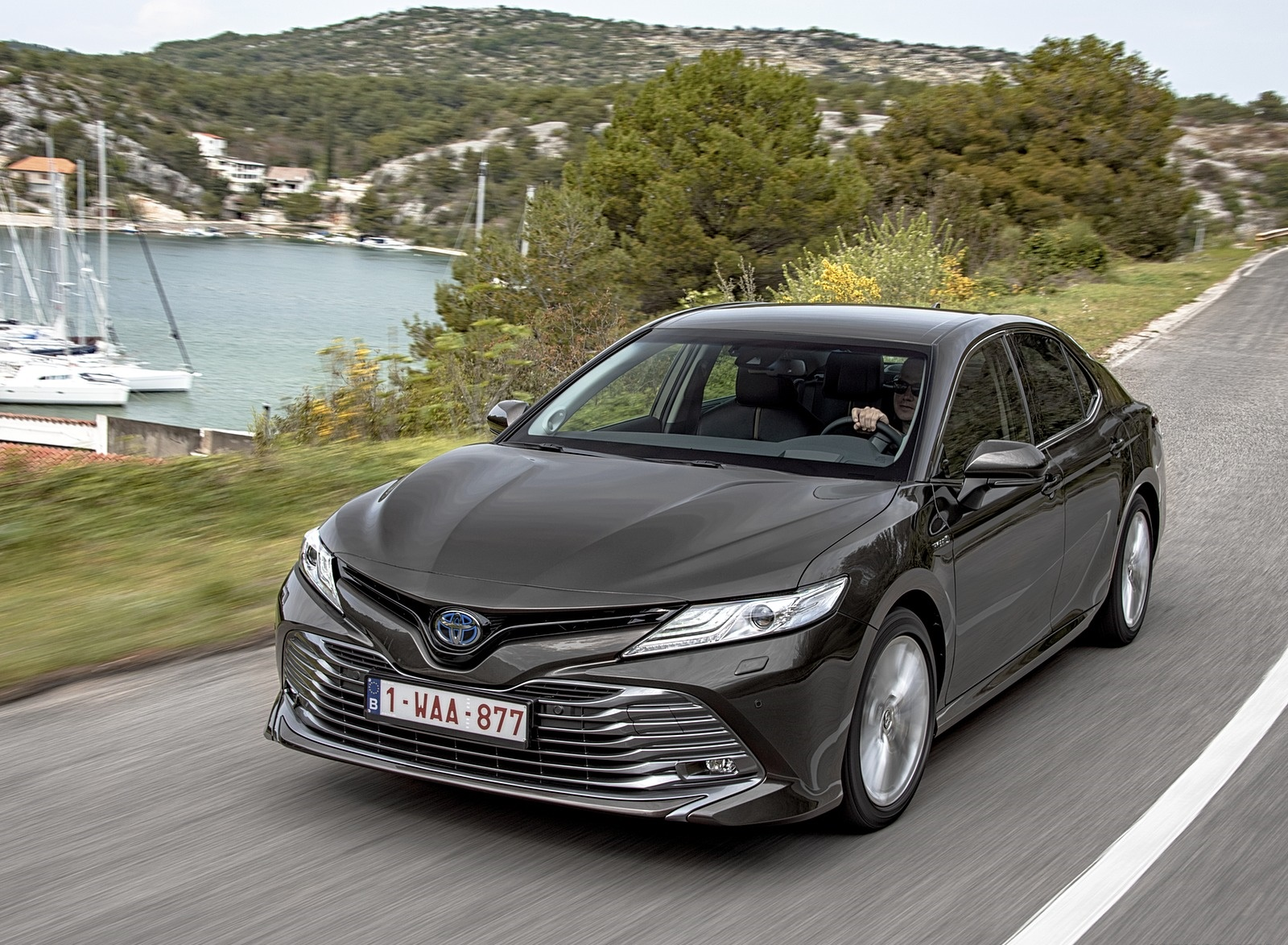 2019 Toyota Camry Hybrid (Euro-Spec) Front Three-Quarter Wallpapers (1)