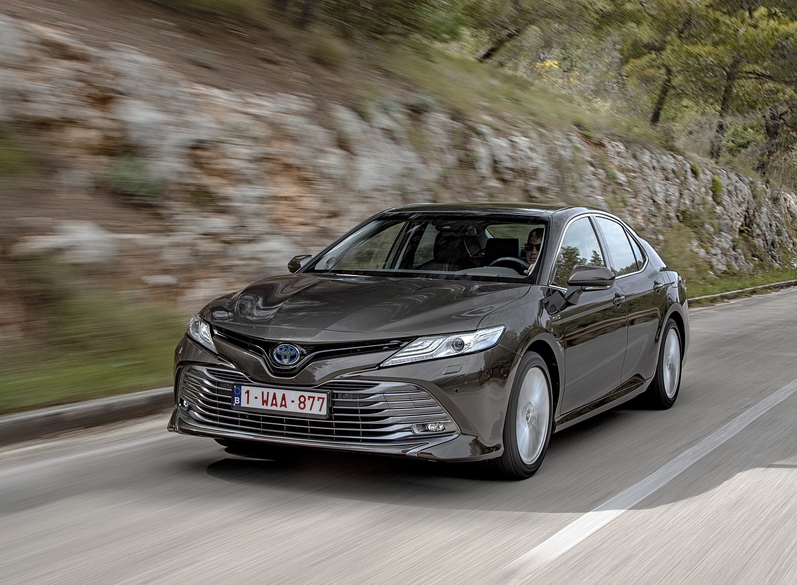 2019 Toyota Camry Hybrid (Euro-Spec) Front Three-Quarter Wallpapers (3)