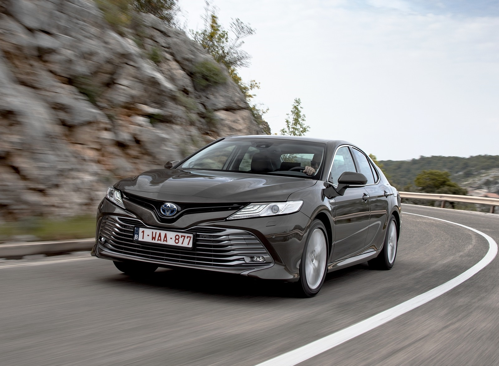2019 Toyota Camry Hybrid (Euro-Spec) Front Wallpaper (9)
