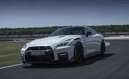 2020 Nissan GT-R NISMO Front Three-Quarter Wallpapers 450x275 (12)