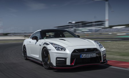 2020 Nissan GT-R NISMO Front Three-Quarter Wallpapers 450x275 (2)