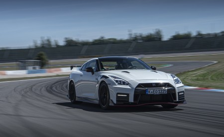 2020 Nissan GT-R NISMO Front Three-Quarter Wallpapers 450x275 (13)