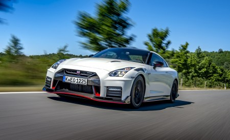 2020 Nissan GT-R NISMO Front Three-Quarter Wallpapers 450x275 (3)