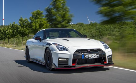 2020 Nissan GT-R NISMO Front Three-Quarter Wallpapers 450x275 (4)