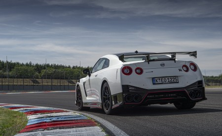 2020 Nissan GT-R NISMO Rear Three-Quarter Wallpapers 450x275 (24)