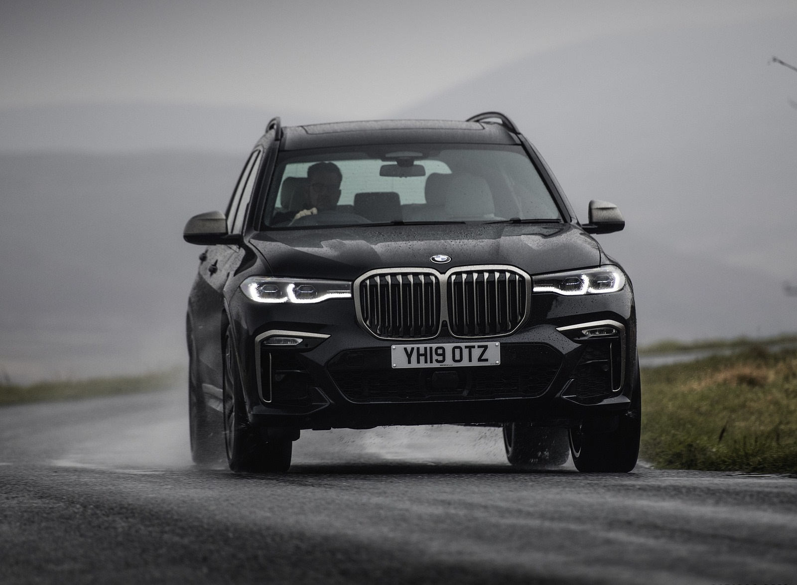 2019 BMW X7 M50d (UK-Spec) Front Wallpapers (6)