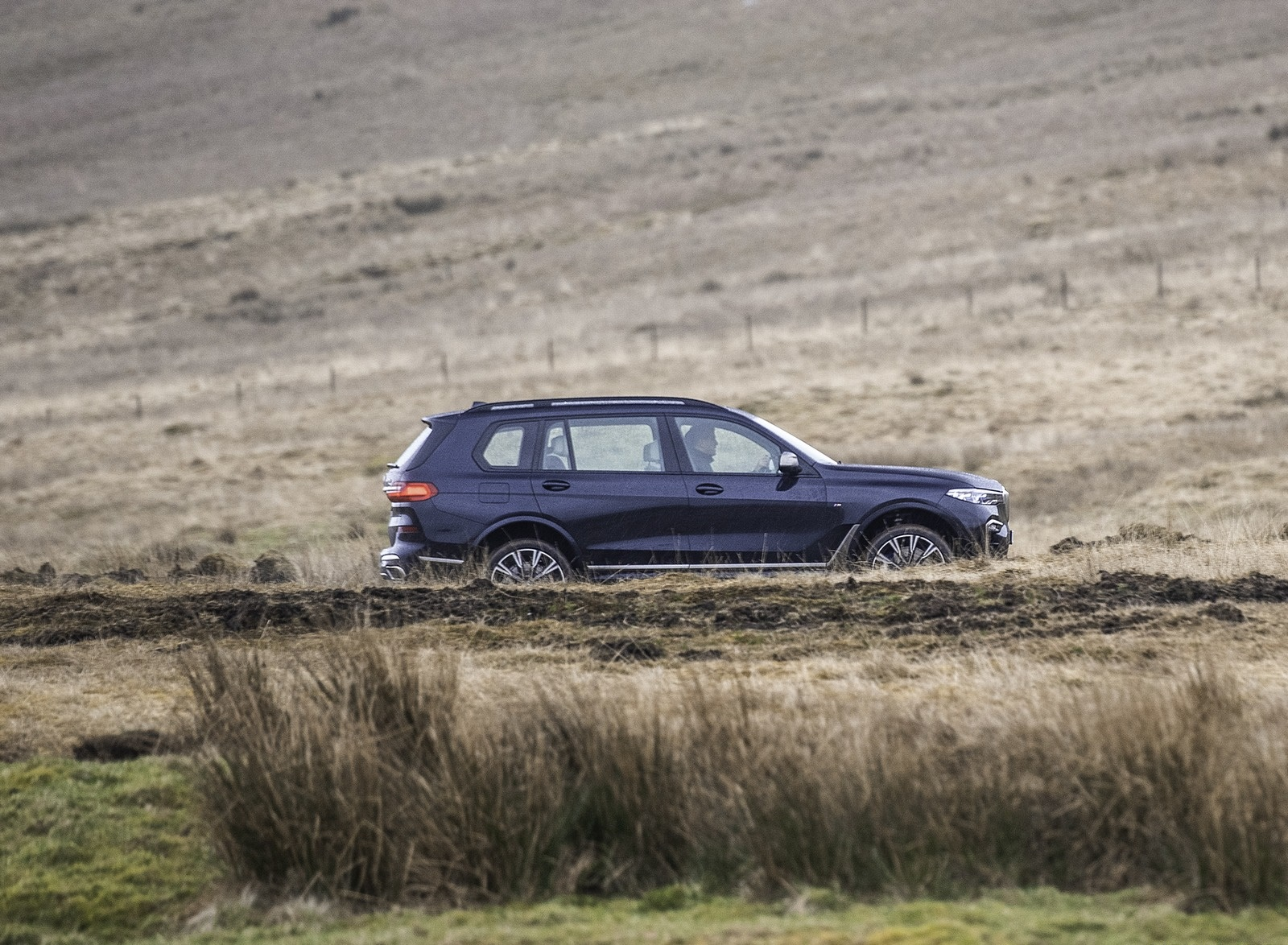 2019 BMW X7 M50d (UK-Spec) Side Wallpapers (12)