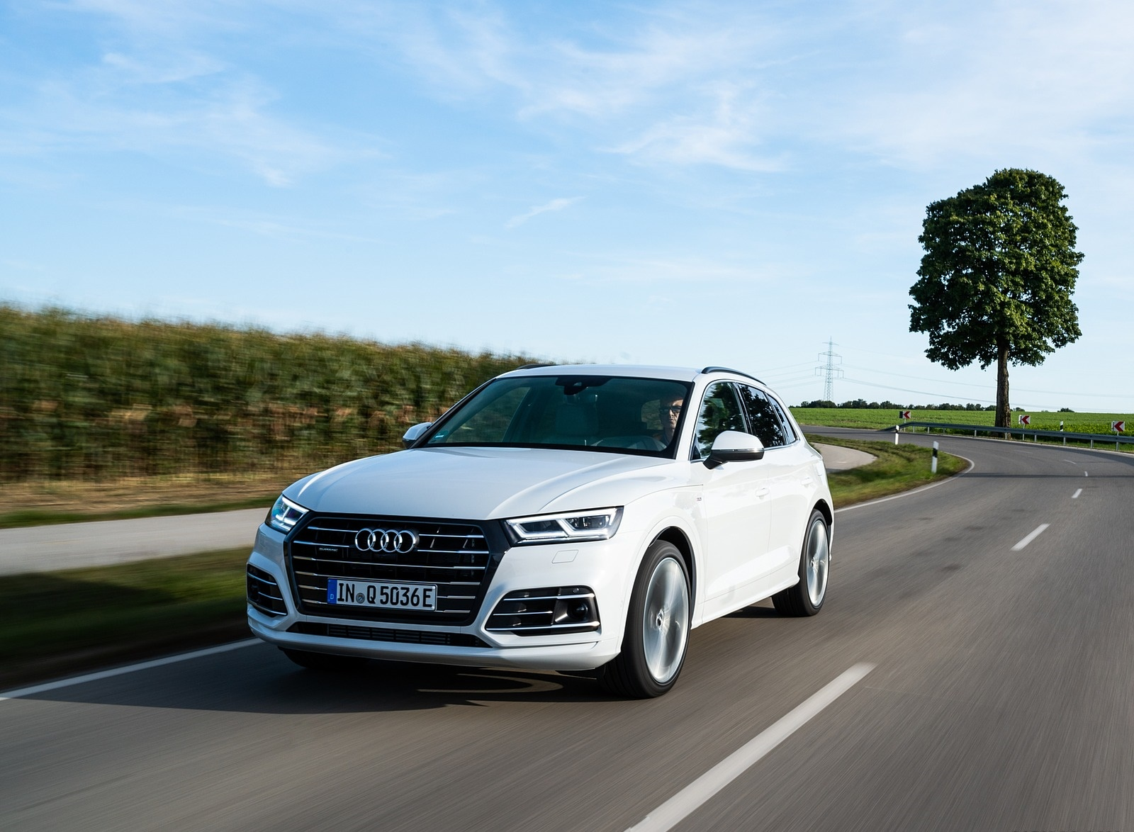 2020 Audi Q5 TFSI e Plug-In Hybrid (Color: Glacier White) Front Three-Quarter Wallpapers #8 of 154