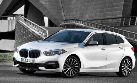 2020 BMW 1-Series 118i (Color: Mineral white Metallic) Front Three-Quarter Wallpapers 450x275 (7)