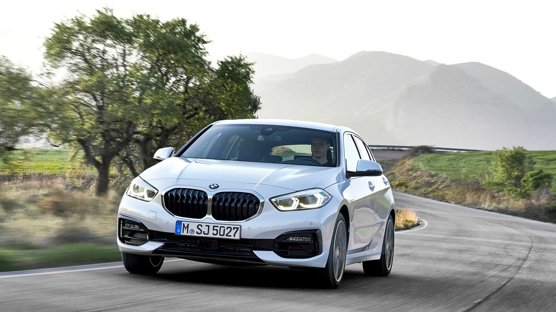 2020 BMW 1-Series 118i (Color: Mineral white Metallic) Front Three-Quarter Wallpapers (1)