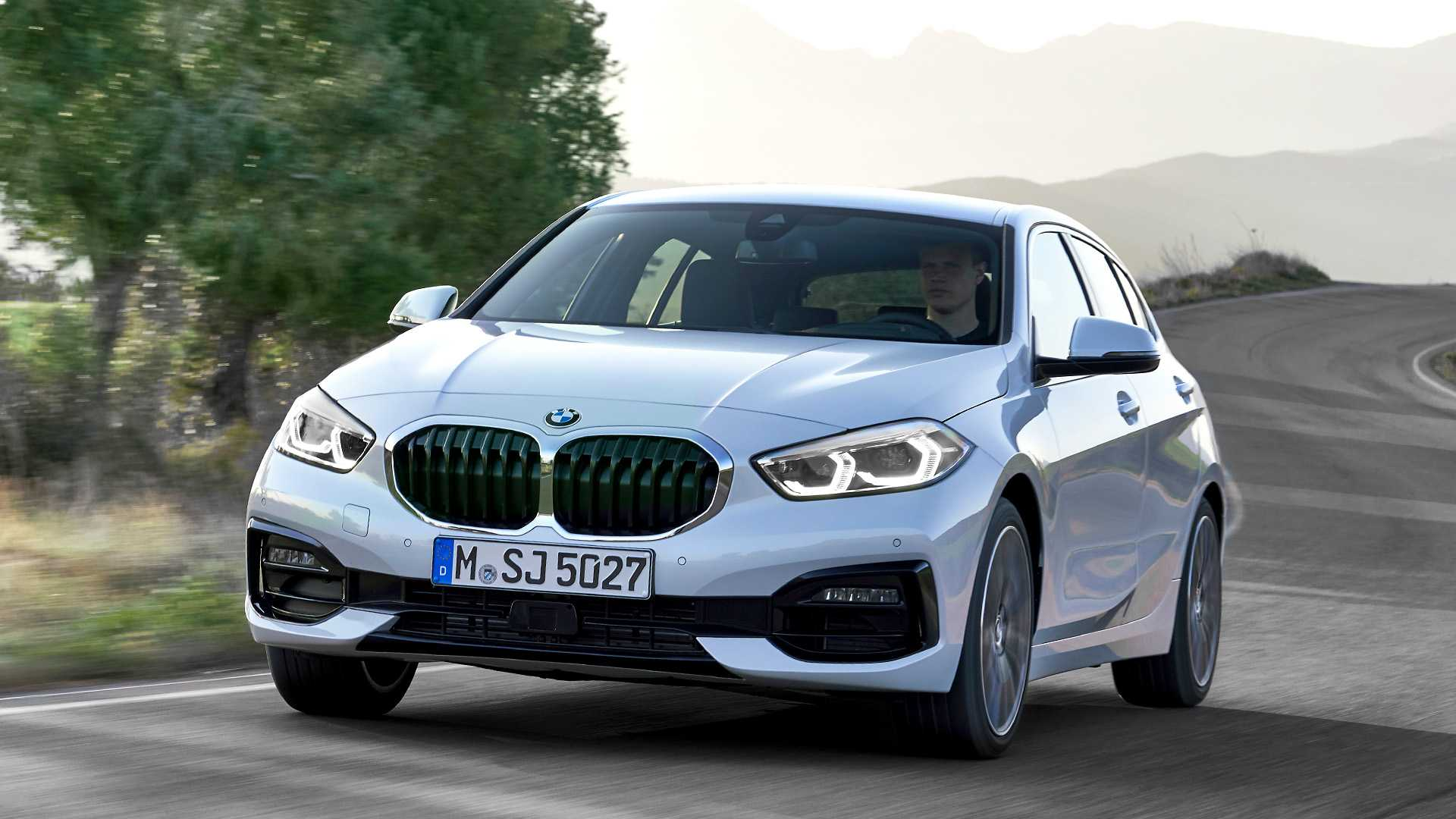 2020 BMW 1-Series 118i (Color: Mineral white Metallic) Front Three-Quarter Wallpapers (3)