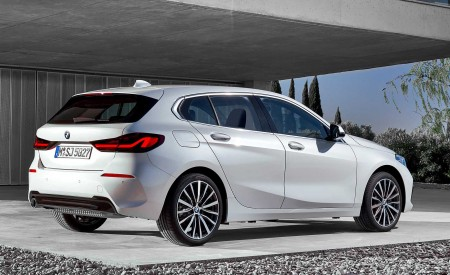 2020 BMW 1-Series 118i (Color: Mineral white Metallic) Rear Three-Quarter Wallpapers 450x275 (10)