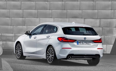2020 BMW 1-Series 118i (Color: Mineral white Metallic) Rear Three-Quarter Wallpapers 450x275 (11)