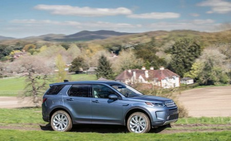 2020 Land Rover Discovery Sport Side Wallpaper 450x275 (46)