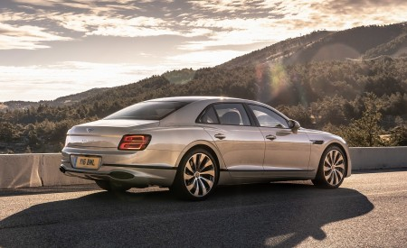 2020 Bentley Flying Spur (Color: White Sand) Rear Three-Quarter Wallpapers 450x275 (89)