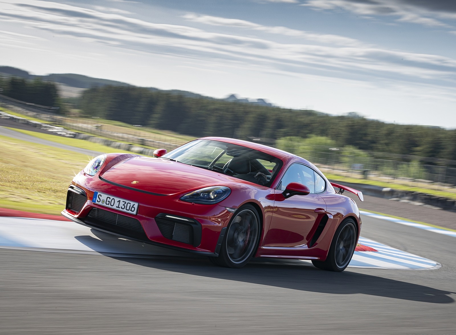 2020 Porsche 718 Cayman GT4 (Color: Guards Red) Front Three-Quarter Wallpapers (3)