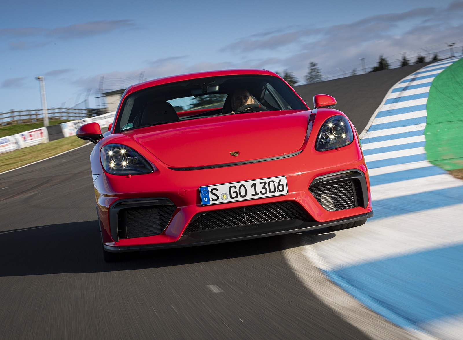 2020 Porsche 718 Cayman GT4 (Color: Guards Red) Front Wallpapers (6)