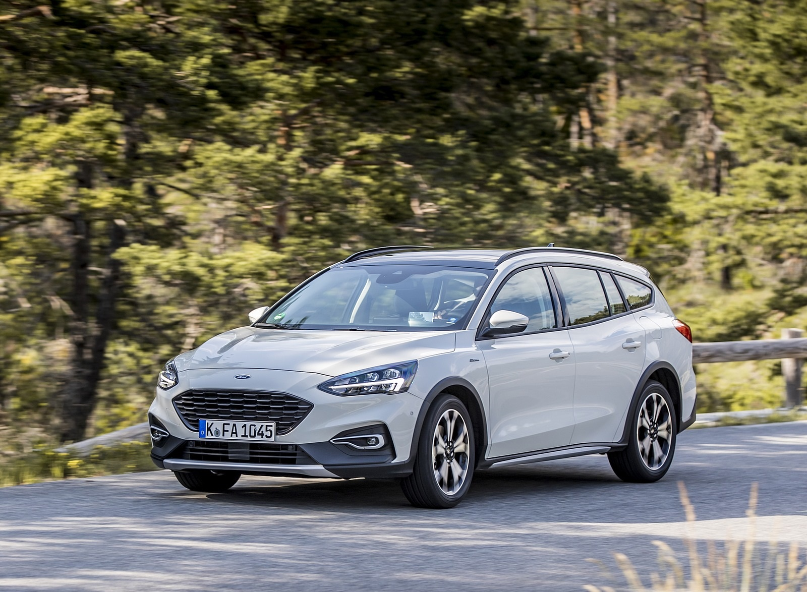 2019 Ford Focus Active Wagon (Color: Metropolis White) Front Three-Quarter Wallpapers (2)