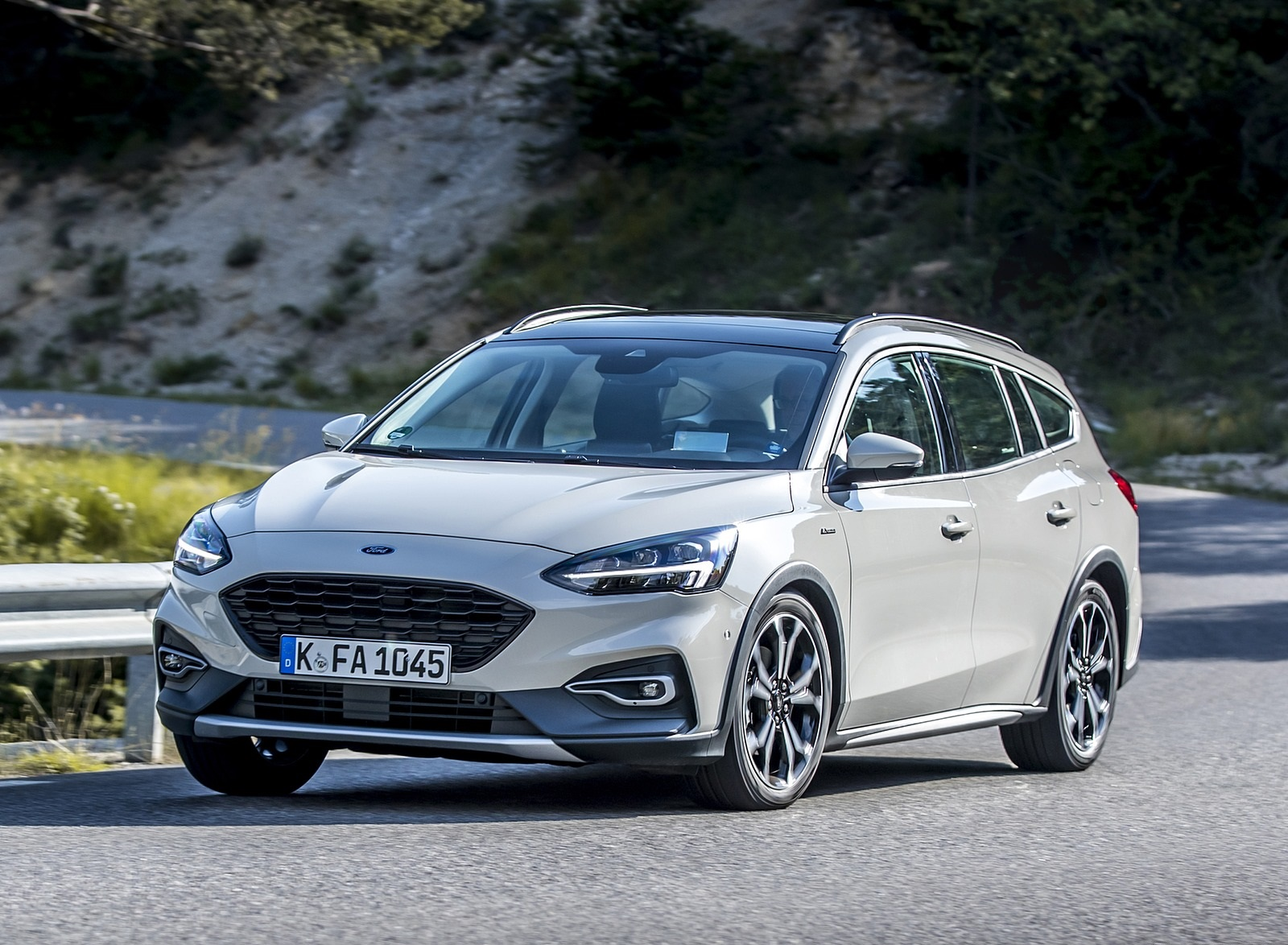 2019 Ford Focus Active Wagon (Color: Metropolis White) Front Three-Quarter Wallpapers (3)