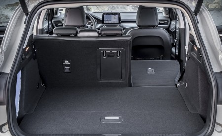 2019 Ford Focus Active Wagon (Color: Metropolis White) Trunk Wallpapers 450x275 (57)