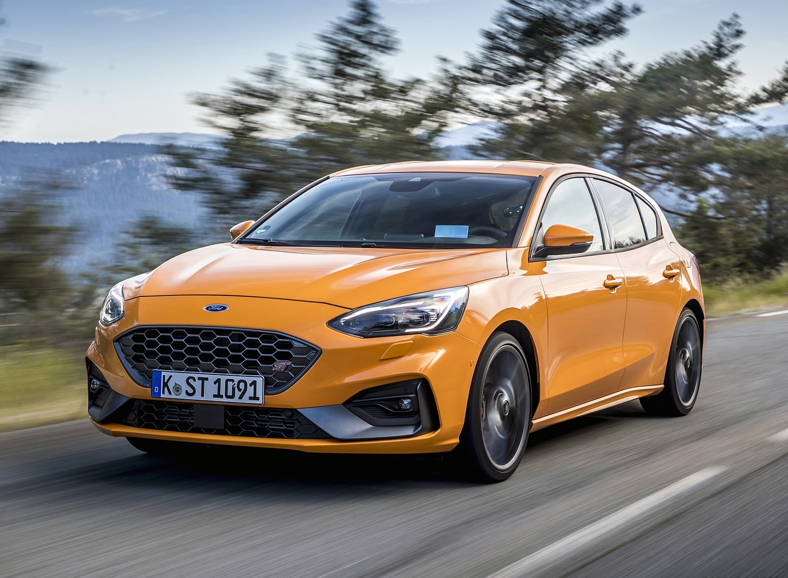 2019 Ford Focus ST (Euro-Spec Color: Orange Fury) Front Three-Quarter Wallpapers (2)