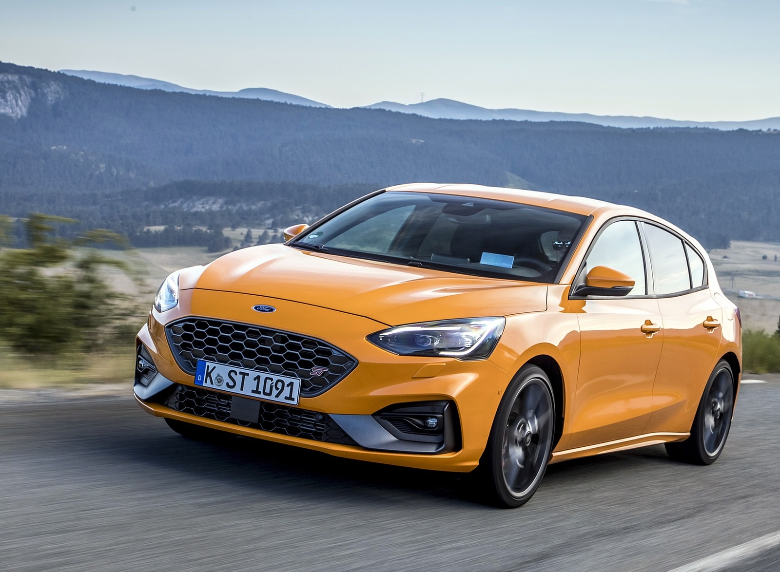 2019 Ford Focus ST (Euro-Spec Color: Orange Fury) Front Three-Quarter Wallpapers (4)