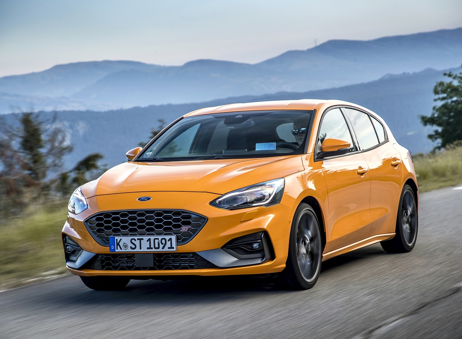 2019 Ford Focus ST (Euro-Spec Color: Orange Fury) Front Three-Quarter Wallpapers (1)