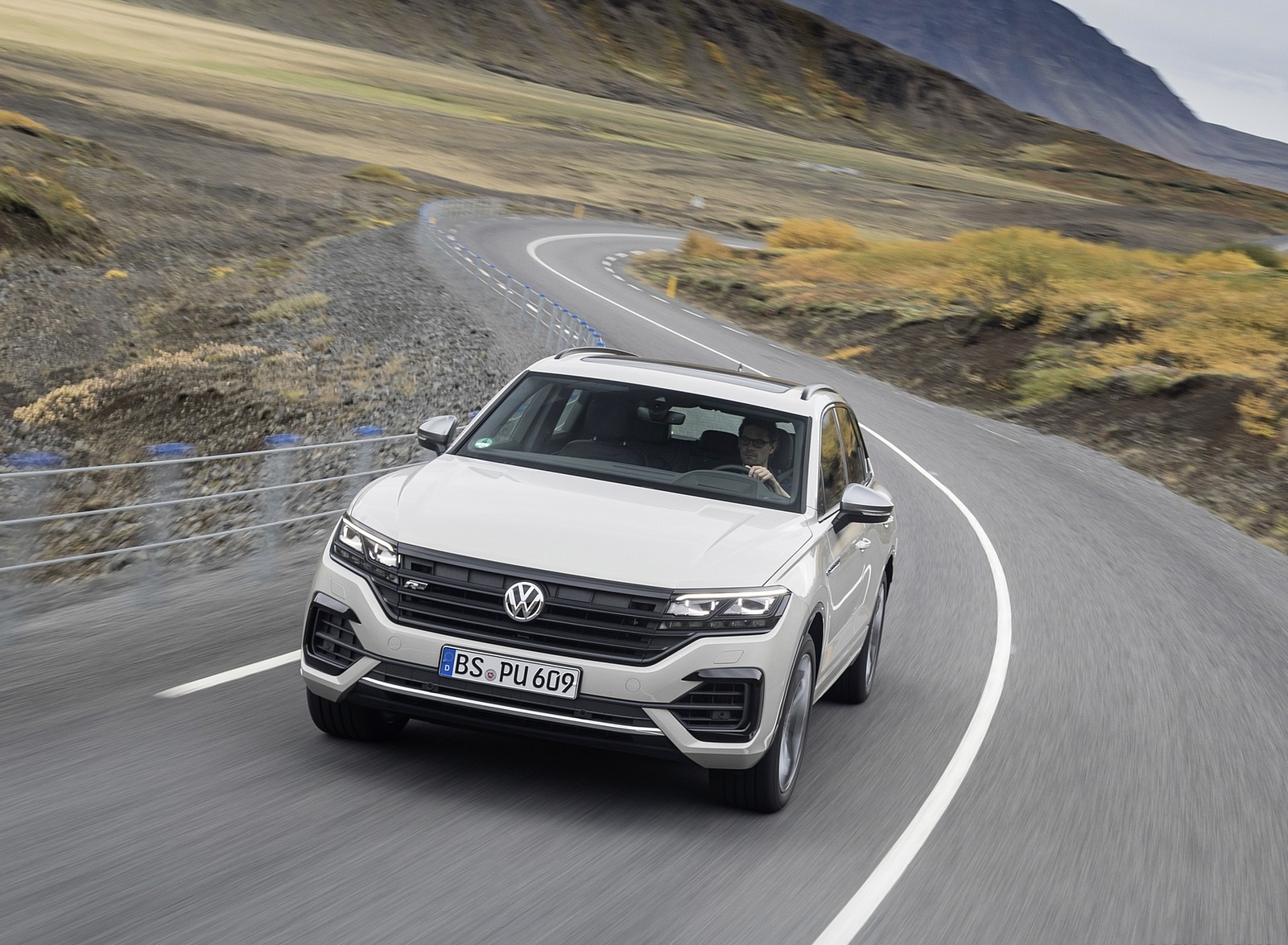 2019 Volkswagen Touareg ONE Million Front Wallpapers (1)