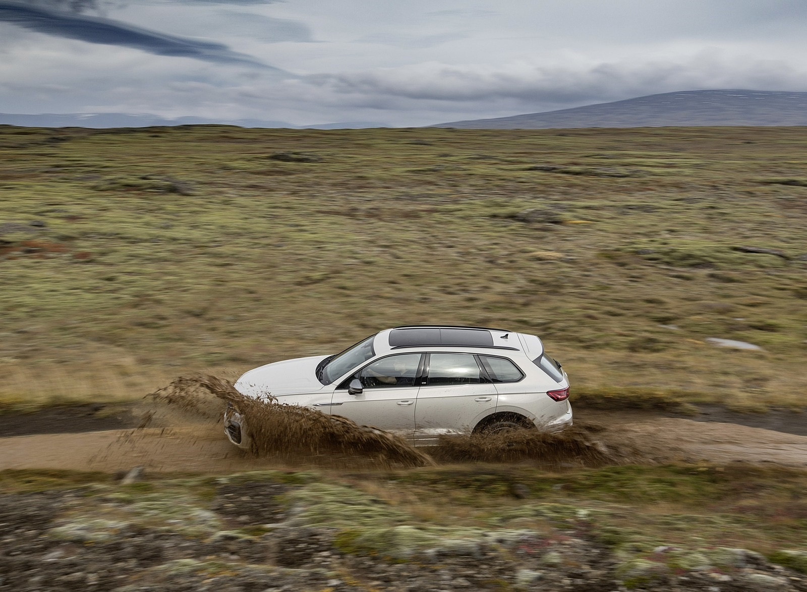 2019 Volkswagen Touareg ONE Million Off-Road Wallpapers (8)