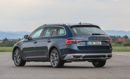 2020 Skoda Superb Scout Rear Three-Quarter Wallpapers 450x275 (24)