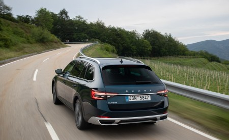 2020 Skoda Superb Scout Rear Three-Quarter Wallpapers 450x275 (5)