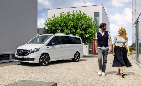 2020 Mercedes-Benz EQV 300 (Color:Mountain Crystal White Metallic) Front Three-Quarter Wallpapers 450x275 (19)
