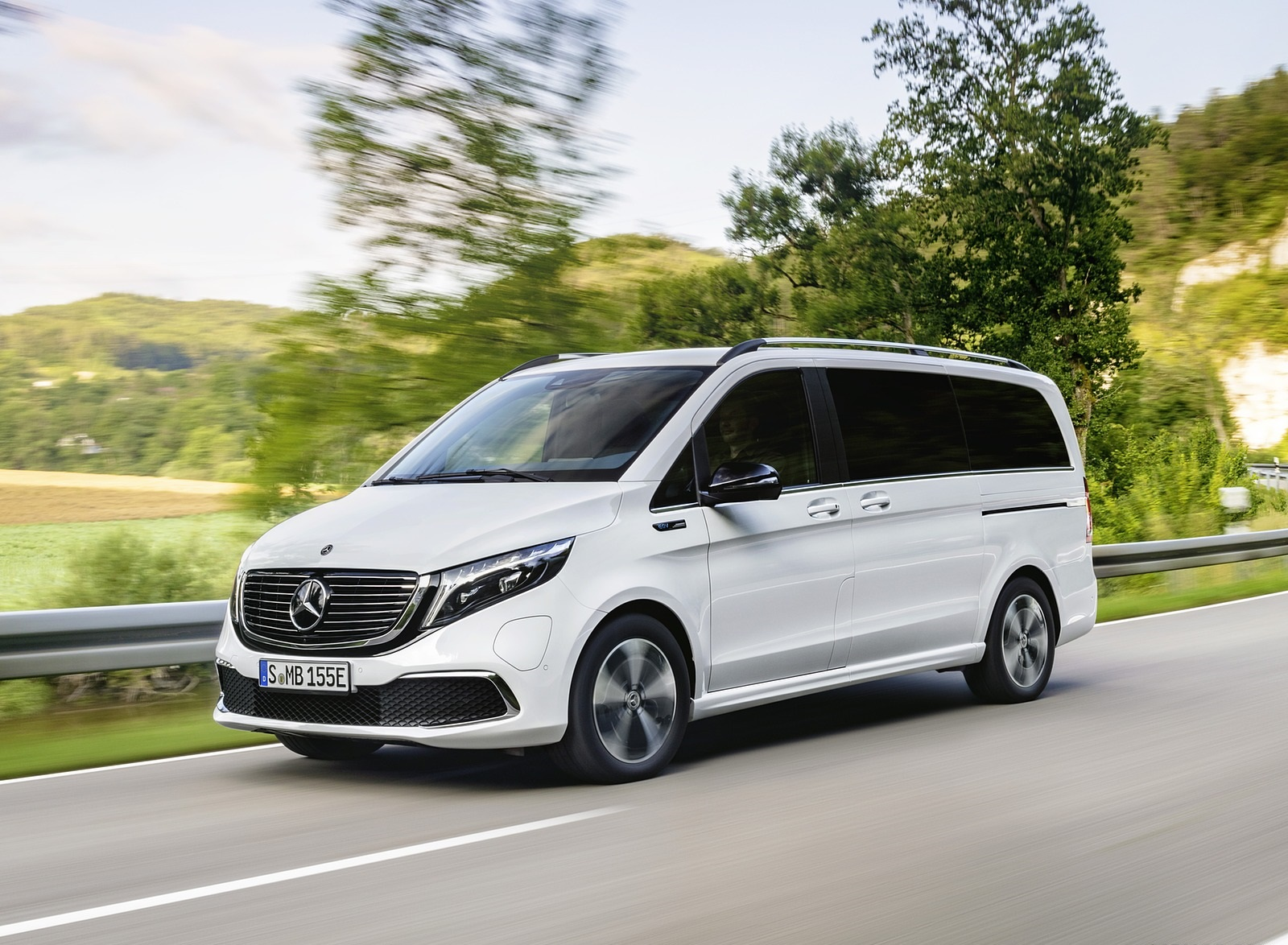2020 Mercedes-Benz EQV 300 (Color: Mountain Crystal White Metallic) Front Three-Quarter Wallpapers (2)