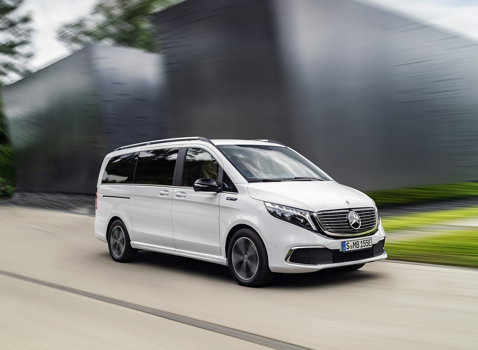 2020 Mercedes-Benz EQV 300 (Color: Mountain Crystal White Metallic) Front Three-Quarter Wallpapers (3)