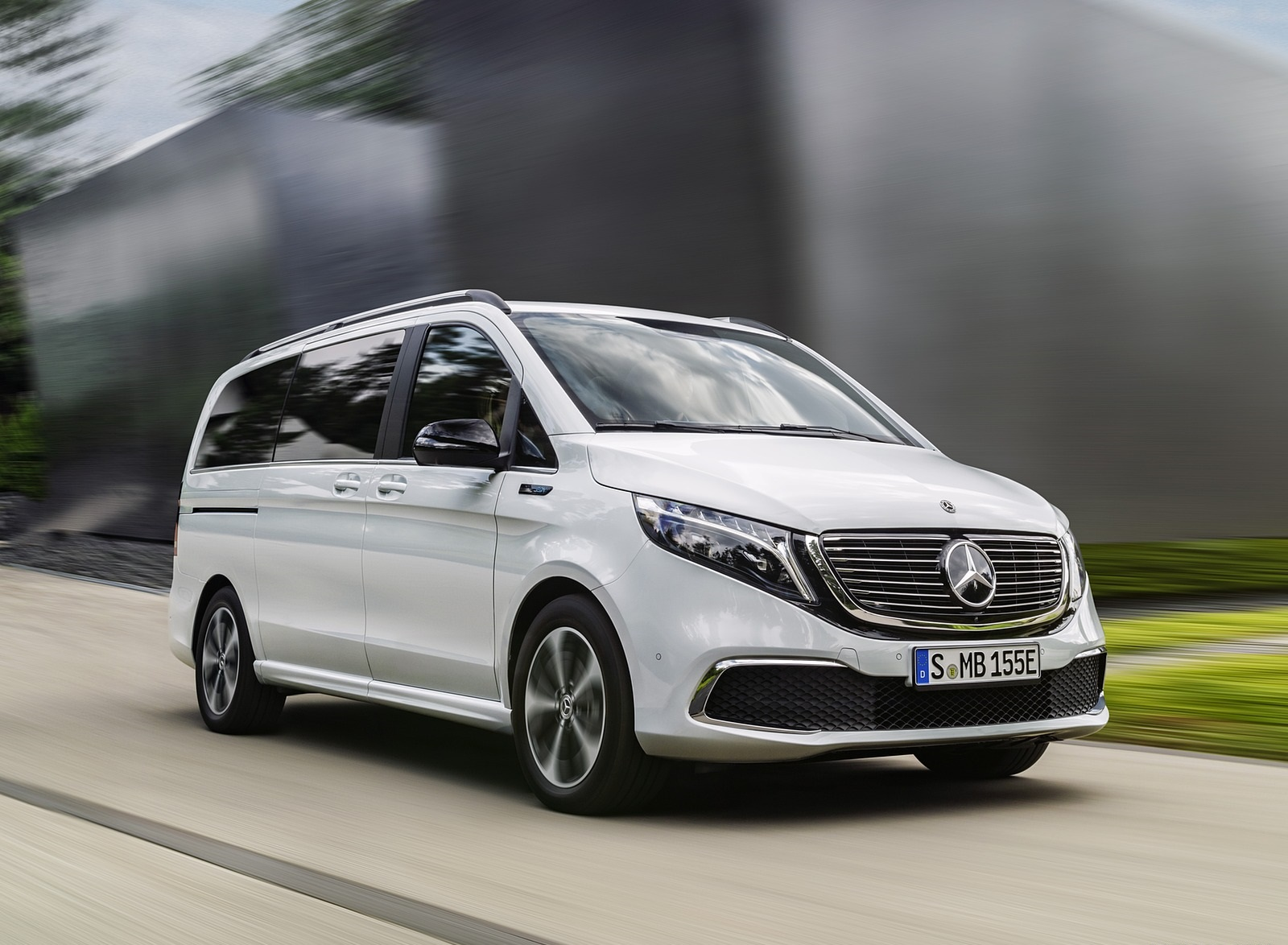 2020 Mercedes-Benz EQV 300 (Color: Mountain Crystal White Metallic) Front Three-Quarter Wallpapers (4)