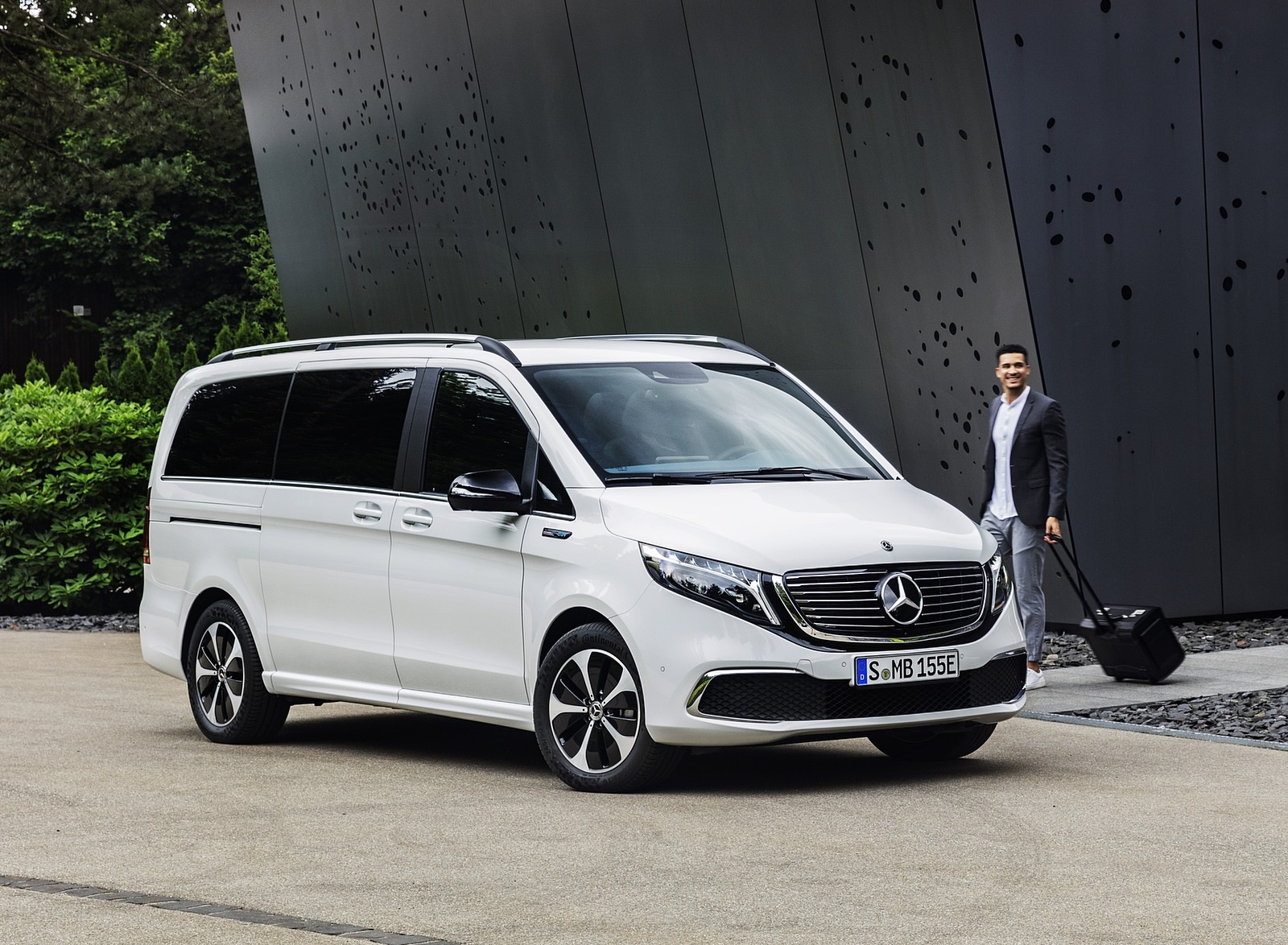 2020 Mercedes-Benz EQV 300 (Color:Mountain Crystal White Metallic) Front Three-Quarter Wallpapers (15)