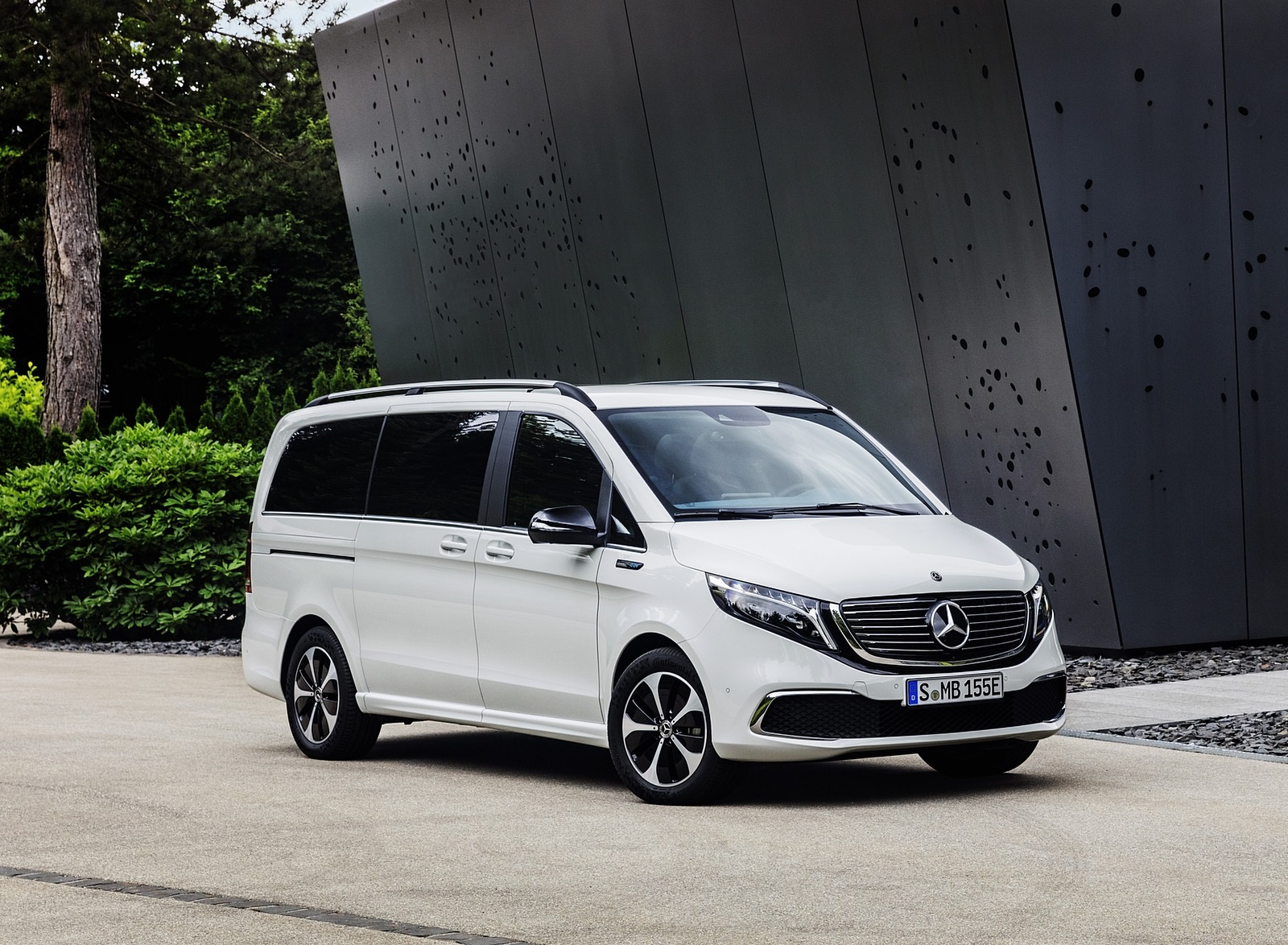 2020 Mercedes-Benz EQV 300 (Color:Mountain Crystal White Metallic) Front Three-Quarter Wallpapers (14)