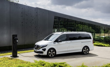 2020 Mercedes-Benz EQV 300 (Color: Mountain Crystal White Metallic) Front Three-Quarter Wallpapers 450x275 (13)