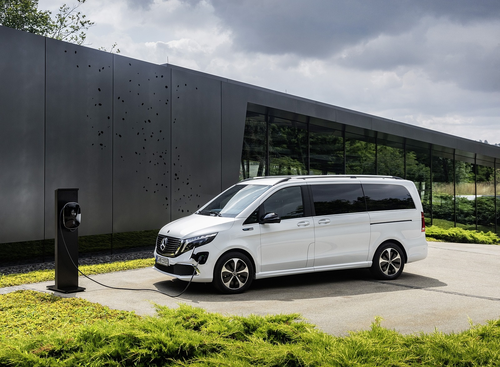 2020 Mercedes-Benz EQV 300 (Color: Mountain Crystal White Metallic) Front Three-Quarter Wallpapers (13)