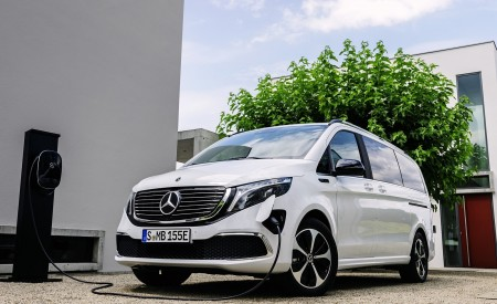 2020 Mercedes-Benz EQV 300 (Color: Mountain Crystal White Metallic) Front Three-Quarter Wallpapers 450x275 (12)