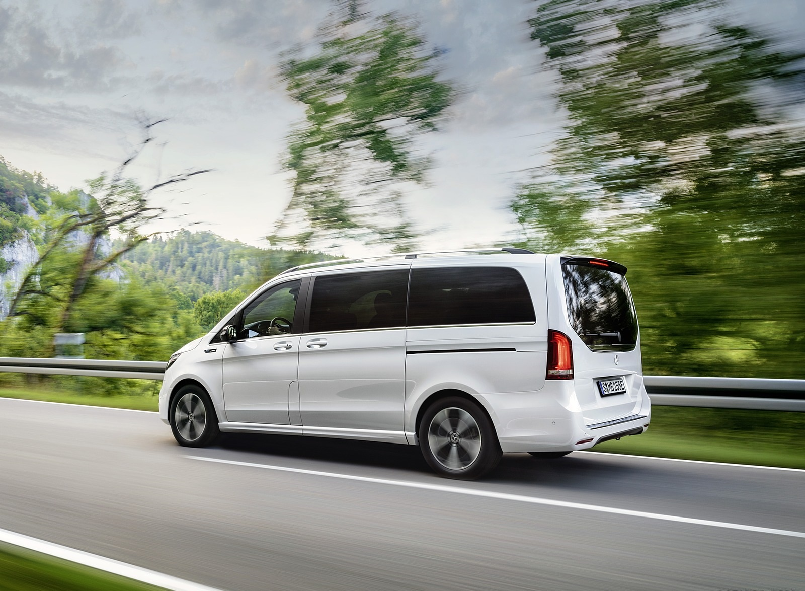 2020 Mercedes-Benz EQV 300 (Color: Mountain Crystal White Metallic) Rear Three-Quarter Wallpapers (9)