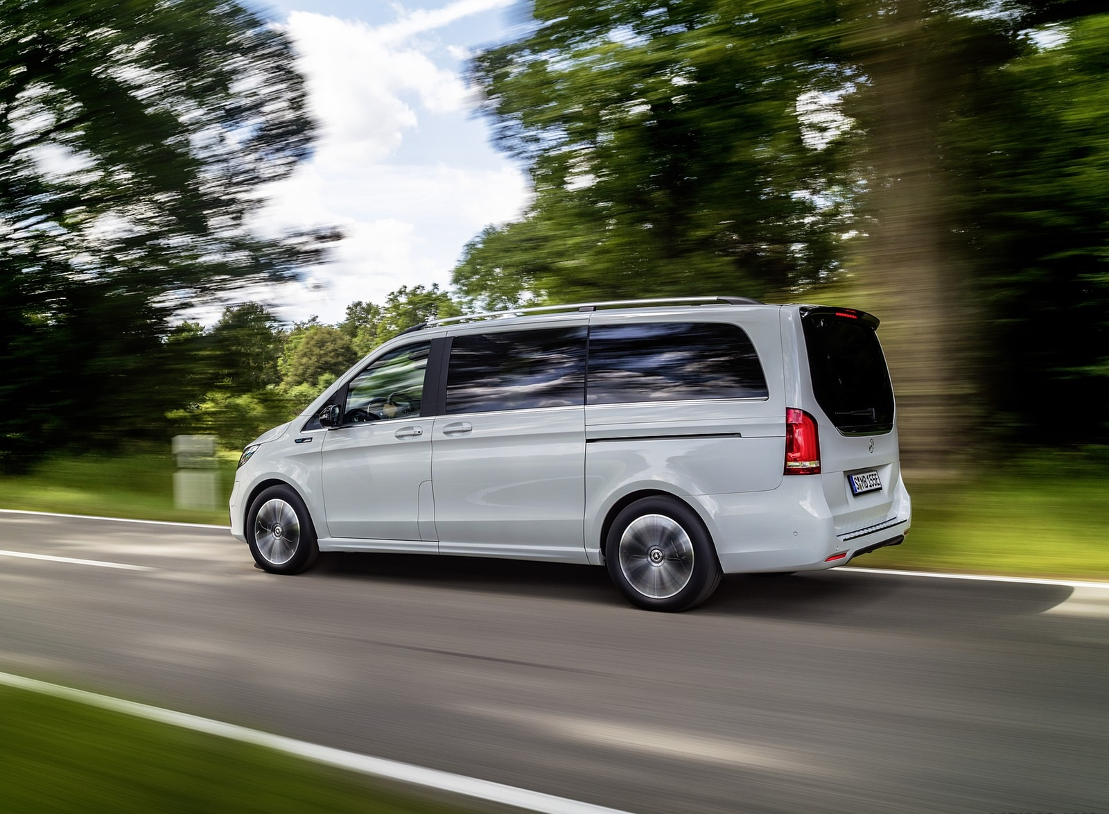 2020 Mercedes-Benz EQV 300 (Color: Mountain Crystal White Metallic) Side Wallpapers (10)