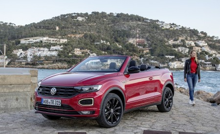 2020 Volkswagen T-Roc Cabriolet Front Three-Quarter Wallpapers 450x275 (112)
